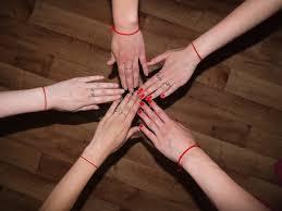 руки с красной нитью
