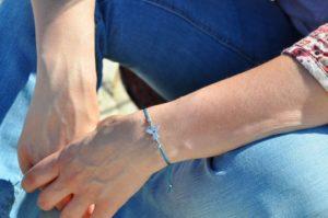 синяя нитка на запястье