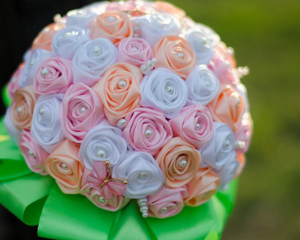 Атласные ленты букет из скрученных роз