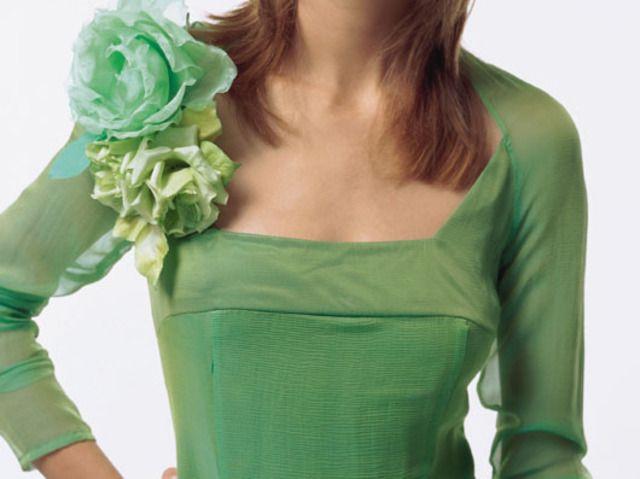 Зеленый цветок на платье