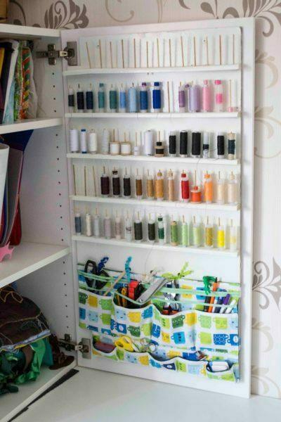 дверца шкафа для хранения швейных ниток