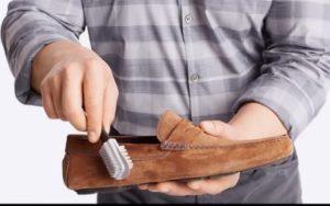 мужчина чистит замшевые мокасины