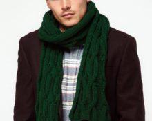 в зеленом шарфе