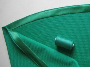 Плотные и объёмные ткани подгибаются косой полоской без использования приспособлений.