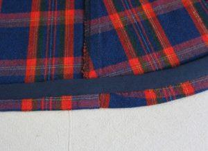 Подгибка низа изделия из плотной ткани может не совпадать с линией притачивания бейки.