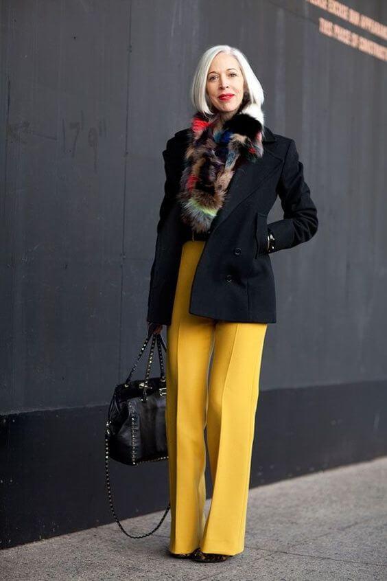 Удлинённый пиджак чёрного цвета.