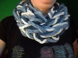 Вязание без спиц из шерсти с петлями 1 шарф