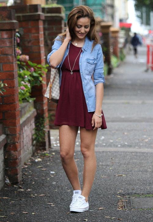 бордовое короткое платье с джинсовым пиджаком
