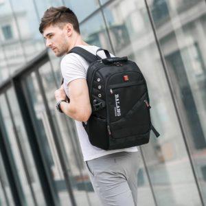 парень с рюкзаком