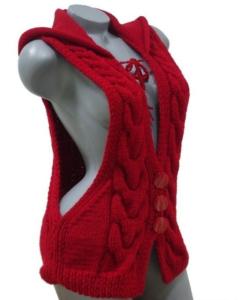 Красная жилетка с косами и капюшоном