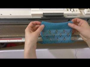 процесс вязания на вязальной машине
