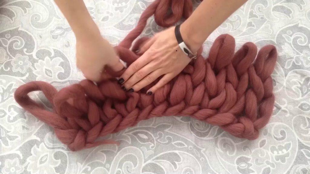 процесс вязания руками из толстой пряжи