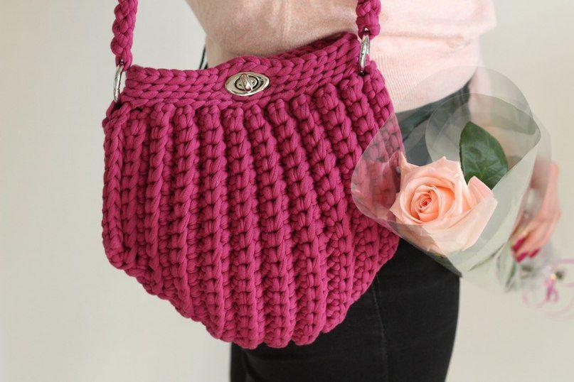 Темно-розовая вязаная сумка