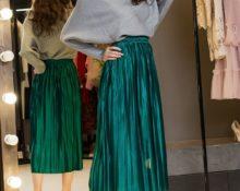 изумрудная атласная юбка