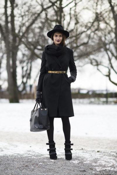 массивная сумка с драповым пальто