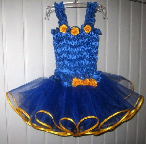 синее фатиновое платье с желтыми атласными лентами понизу