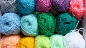 цветные мотки шерсти