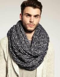 мужчина в сером шарфе