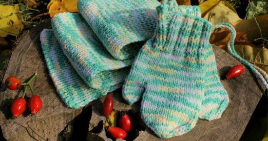 варежки и шарфик для ребёнка из меланжевой пряжи