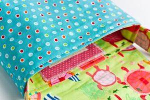 Выворачиваем сумку через оставленное отверстие в подкладке, проглаживаем утюгом и прошиваем вокруг.