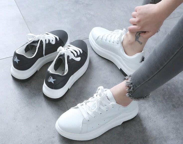 Кроссовки с белой подошвой