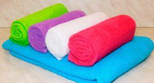 Полотенца цветные сложенные валиком