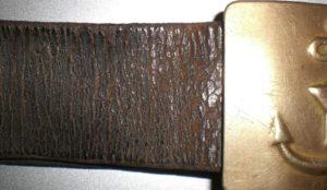 кожаный ремень с трещинами
