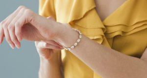 Как застегнуть браслет самой себе