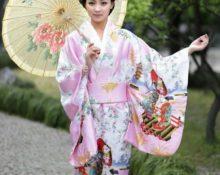 в кимоно с зонтиком