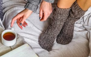 Зачем надевать на ночь мокрые носки