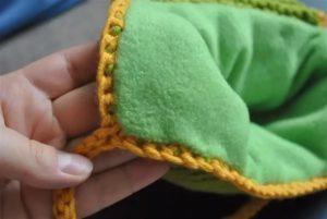 как пришить флис к вязаной шапке