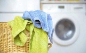 полотенца в корзине