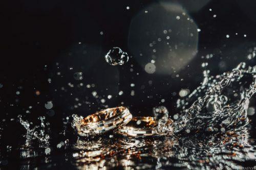 обручальные кольца в воде