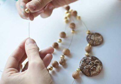 нанизывание бусин на нитку