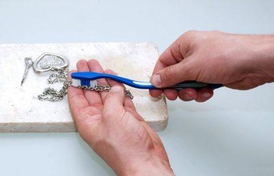 чистка серебряной цепочки содой