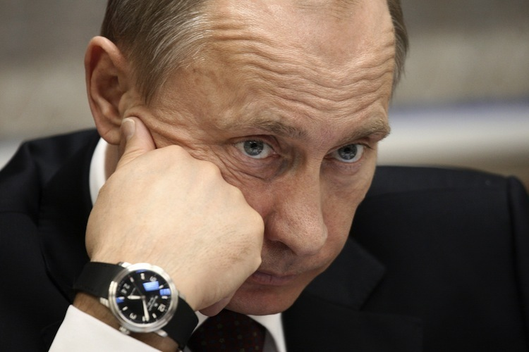 Почему Путин носит часы на правой руке