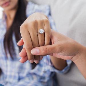 На какой руке носят помолвочное кольцо