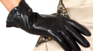рука в перчатке на бедре