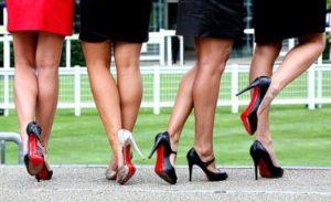 девушки в черных туфлях