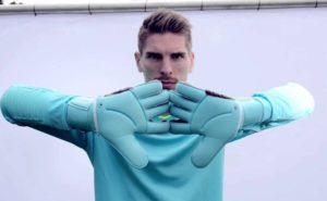 Как определить размер вратарских перчаток?