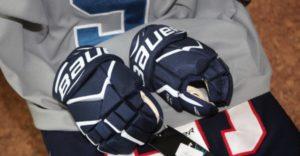 хоккейные перчатки на сидении