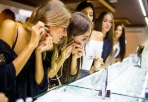девушки снимают серьги