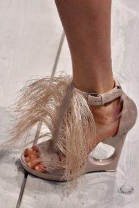 бежевые босоножки с перьями