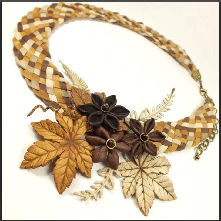 бусы из кожи шахматка с листьями