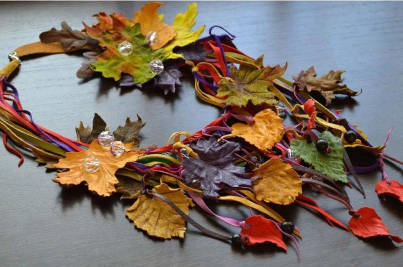 бусы с осенними листьями из цветной кожи