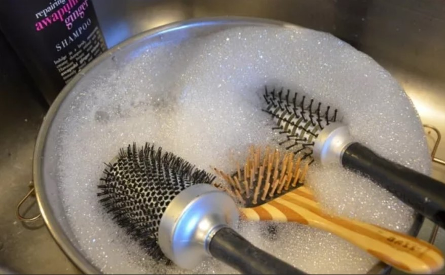 чистка расчесок в мыльном растворе