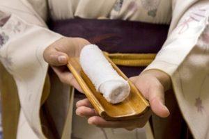 Зачем в суши-баре подают мокрые полотенца