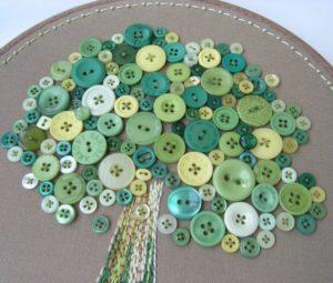 картины из пуговиц на пяльцах дерево