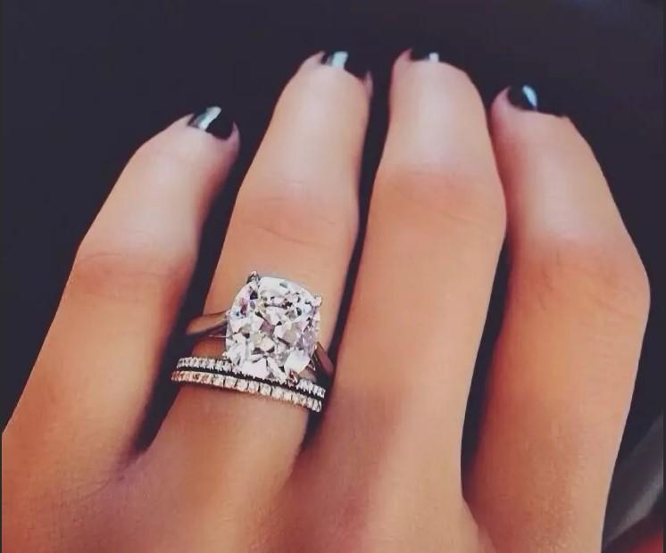 кольцо с бриллиантами на руке