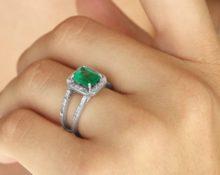 кольцо с и зумрудом на левой руке